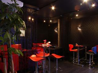 店舗1Fはスタイリッシュなアミューズメント空間【Bar Kakashi】
