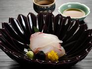 趣きの異なる2種類の調味料でいただく『向付~明石鯛へぎ造り~』