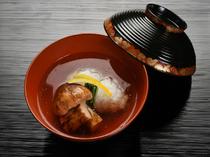 【瓢亭】の出汁でその味がさらに花開く『煮物椀~鱧の葛たたき~』