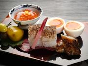 とろりした舌触り、出汁醤油の味が効いた『瓢亭玉子」は江戸時代からの名物。ほかに、カマスの焼き目寿司、鮎うるか焼き、栗と銀杏の酒蜜煮など