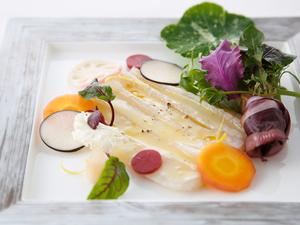 青森直送の鮮魚を使った『アイナメと春野菜のサラダ』