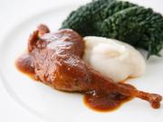 野菜やワインと炊くシンプルな煮込み。筋張ったキジの肉を上手に食べる、食材を大事にする逸品です。