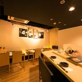 落ち着いた雰囲気の上品な空間で厳選した食材を使った料理を堪能