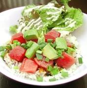マグロとアボカドを醤油ダレで和えてご飯にのせた、ハワイアン海鮮丼。