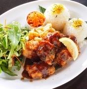 「もち粉」を使った鶏の唐揚げと野菜が一緒に味わえる。