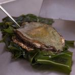伝統の目利きで吟味した肉と築地直送の旬の海鮮を提供