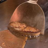 鉄板焼きは目の前で調理するので、ごまかしがきかない料理です。シンプルだからこそ、厳選した食材を使用し、その食材に合った一番美味しい焼き方と、そしてその食材を生かした特製ソースで提供しています。