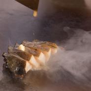 長年の経験と確かな技で、丁寧に焼き上げるステーキは格別。そして肉だけでなく、海鮮や野菜など、素材そのものの旨味を逃さず食材に合った絶妙な焼き方で提供されます。シェフのこだわりが感じられます。
