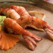 プリプリの食感の才巻海老は、すだち&塩か、マヨネーズに赤味噌を混ぜた特製のソースでいただきます。