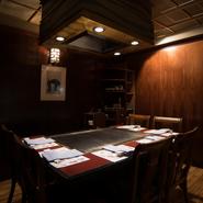 全ての席が鉄板の前です。鉄板の目の前で調理の様子を見ながらの楽しい一時をご堪能ください。