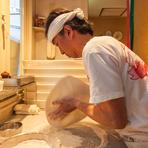 シンプルなピザに奥行きを加える、力強い味わいの素材たち