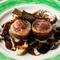 ジャガイモで巻いた仔羊のロースト カッチャトーラのソース
