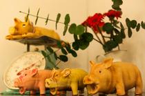 マスコットキャラクターの豚の置物をディスプレイ