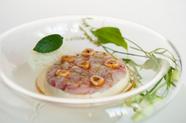 真鯛のマリネ パセリのムース ヘーゼルナッツのグリエ
