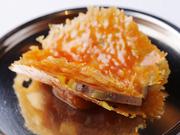 フォアグラと相性の良い甘さを、食感の良いチュイルで表現。クラシックスタイルを基調としたスペシャリテ。