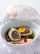 丸いトリュフをフォアグラ・鶏肉・ベーコン・キャベツで包んだ春一番。甘口のバニュルスソースでどうぞ。