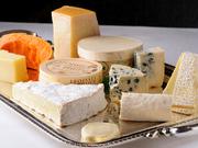フランス産の厳選チーズ。ハード、ソフト、白、青など全種を2種類ずつを網羅しています。