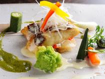旬材を彩り豊かなソースでいただく『本日おすすめの魚料理』