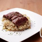 お肉もガーリックライスも食べたい願望をかなえてくれる一皿