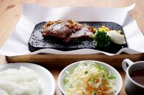 ランチセットは4種類、足りなければ「替え肉」システムを利用