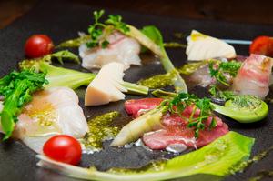 新鮮な野菜と旬の魚を使った『海の幸と山の幸のカルパッチョ』