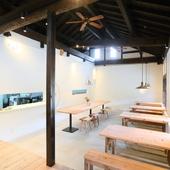 田園風景に佇む古民家風の建物で、手づくり家具に囲まれて食事を