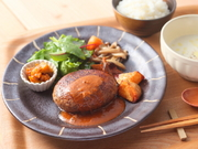三田和牛や有機野菜を丹精込めて調理。オーダー後に成型して焼き上げてくれます。4種のソースから選んで。