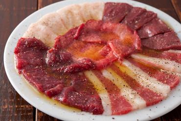 お店の看板メニュー、まずは注文したい逸品です『馬肉のカルパッチョ』
