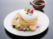 彩りもうつくしい絶妙なバター風味の『自家製銅板焼パンケーキ』