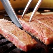 肉をのせて、表面に肉汁がういて来たら裏がえし、肉がそり返って来たら食べ頃。 肉を押しつけたりせずに焼き上るまで我慢するのがおいしさのコツです。  各席に備え付けのロースターで焼いてお楽しみいただけます