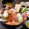 どんぶりからあふれんばかりに、新鮮なネタが乗った『海鮮丼』