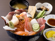 新鮮なお刺身がたっぷり楽しめる、一番人気のメニュー『海鮮丼』