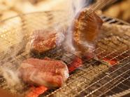 炭火で焼く『県産牛タン焼』は厚切りで柔らかくジューシー