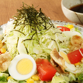 旬の野菜を彩りよく盛りつけた『扇屋サラダ』