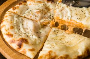 オリジナルインド風ピッツァ『チーズとトマトのナン』