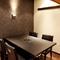 落ち着いた雰囲気の、半個室風に利用できるテーブル席