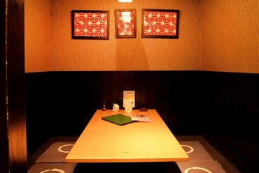 半個室風のテーブル席で、デートもゆったり過ごせます