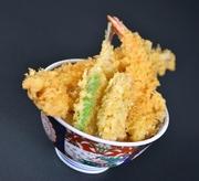穴子と海老が一本ずつ、野菜が三種にご飯が少なめの小盛りタイプ。女性にも嬉しいピッタリ完食サイズです。