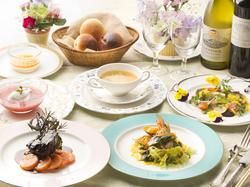 お魚料理、お肉料理のどちらもお楽しみいただける贅沢コース。特別な日のご利用もオススメです。