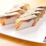 とろろ昆布を乗せた『鯖寿司』は鯖が苦手な方にも好評のイチオシ料理。醤油いらずでそのまま食べられます。
