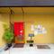 辛子色の壁に朱色の暖簾、店名にあるように粋な色合いの店頭です