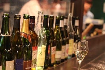 飲み比べが出来るスパークリングワインもOK、10種以上のワインフリードリンクプラン。