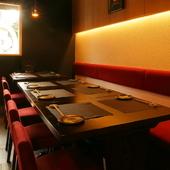 ゆったり過ごせるテーブル席は家族で食卓を囲めるゆとりの広さ