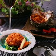 冬季限定の『カニみそコロッケ』はサザエの殻に詰めたコロッケを殻ごと揚げた豪快な一品です。また『和風クリームコロッケ』は一年を通し人気です。種類豊富なこだわりのワインと一緒に料理を楽しめます。