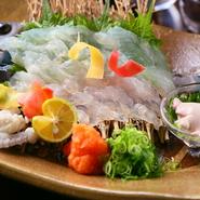 彩り豊かな一皿。明石で水揚げされたカワハギをいけすに放ち、注文を受けてから調理してくれます。