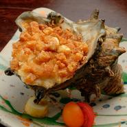 サザエの殻にコロッケが詰められ、まるごと揚げたインパクトのあるメニュー。