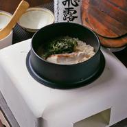 真っ白な珪藻土で作られた釜で炊き上げ、じっくりと鯛の旨みがご飯にしみ込んだ鯛釜飯。お酒の〆にも。