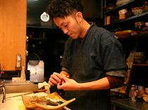 丁寧な作業で作り上げられる料理。目で見て舌で味わえる和食