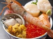 目で見ても楽しめる色鮮やかな盛り付け『海鮮丼(松)』