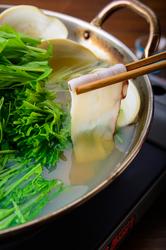 『利尻のブランド昆布の出汁で』北海道ならではの宗谷産タコとホタテを豪快にしゃぶしゃぶ!